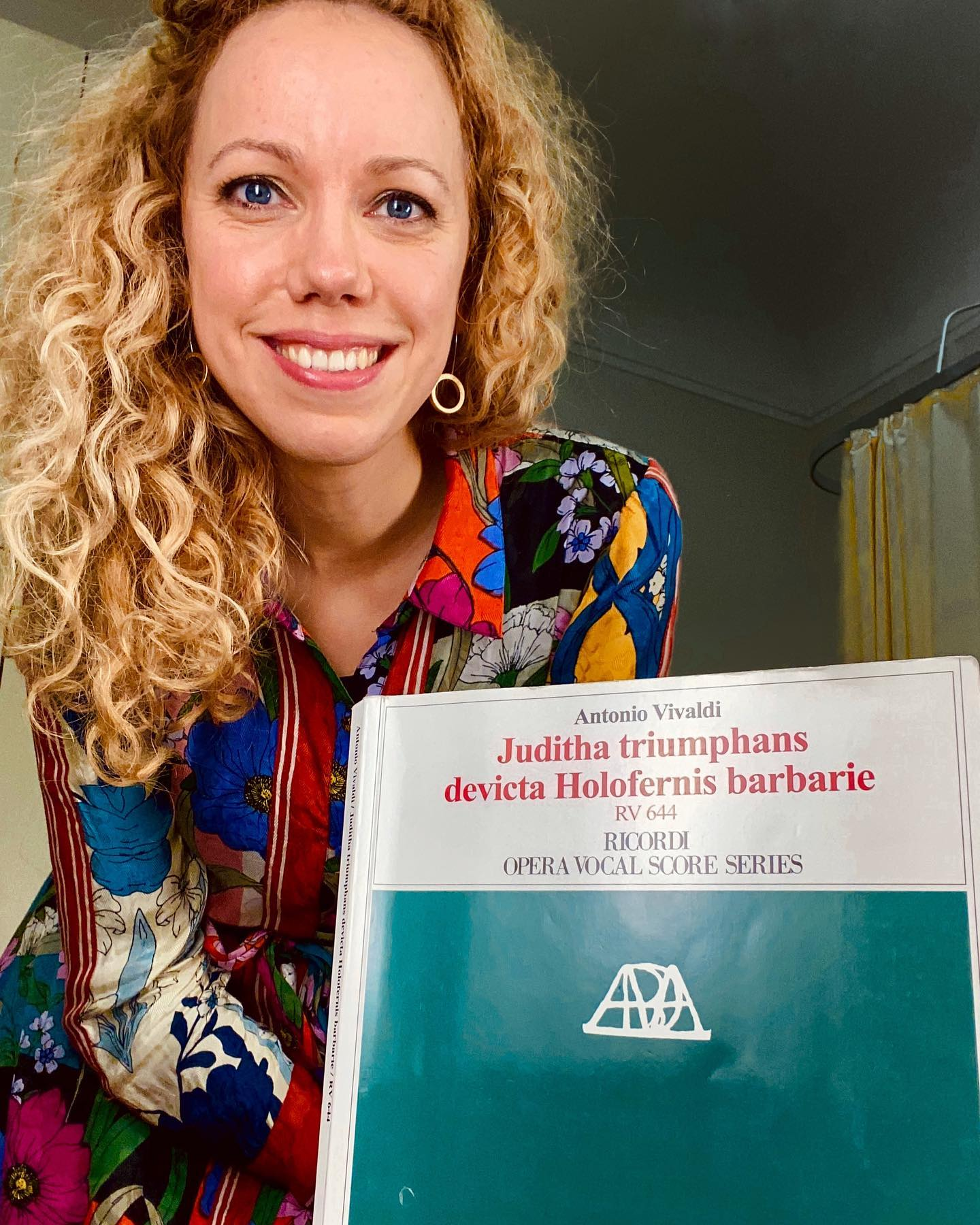 Soon #judithatriumphans rehearsals start and I am learning this beautiful music by just posing with it - it's the Instastyle ! But soon it will be in my head, I am pretty confident - maybe just 20 more pics to shoot! #instagold #music #vivaldi #4jahreszeitenkenntjeder #barock #ornaments #picture #blondehair #nicedress #derhy @operstuttgart #ricordi #latin
